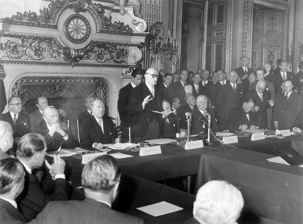 Signing of the Treaty establishing the EDC (Paris, 27 May 1952)