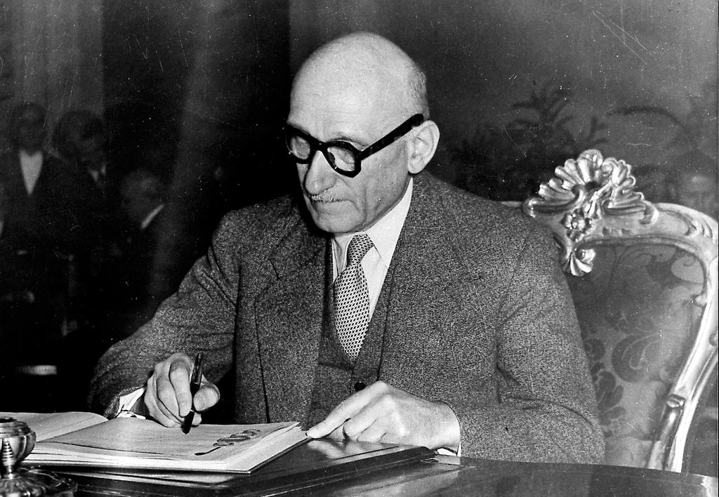 Robert Schuman signs the European Convention on Human Rights (Rome, 4 November 1950)