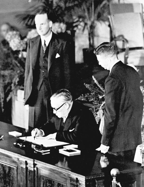 Ernest Bevin signe le traité de l'Atlantique Nord (Washington, 4 avril 1949)