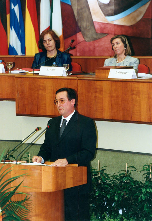 Enrico Gibellieri giving the closing address at the formal session (Luxembourg, 27 June 2002)