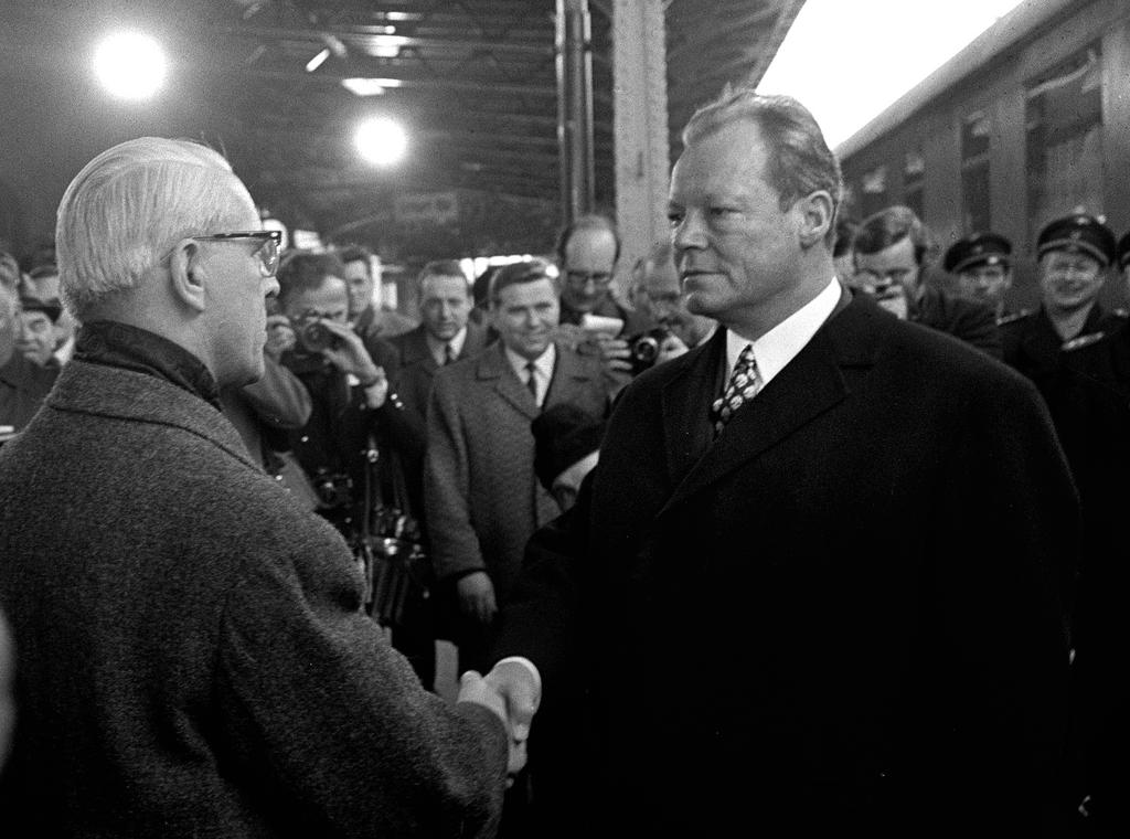 Willi Stoph welcomes Willy Brandt at Erfurt train station (March 1970)