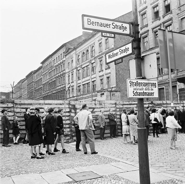 Rally in front of the Berlin Wall (13 August 1962)