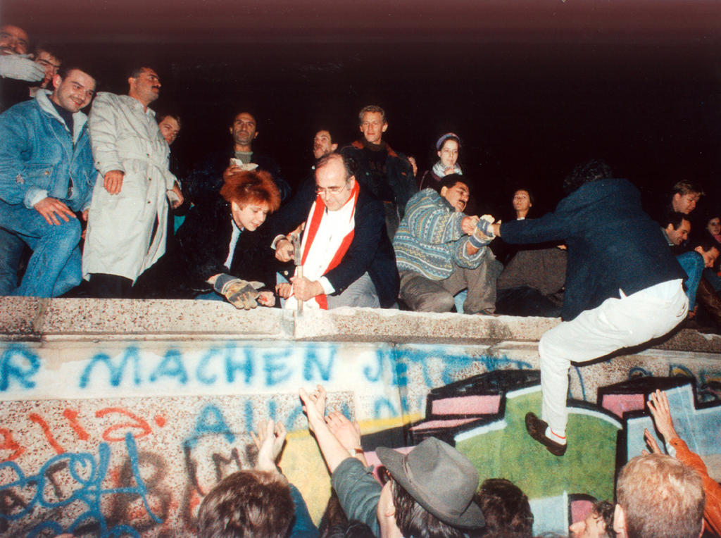 Collapse of the Berlin Wall (Berlin, 9 November 1989)