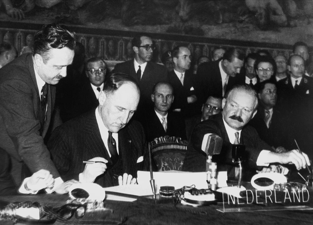 The Netherlands Delegation signs the Rome Treaties (Rome, 25 March 1957)