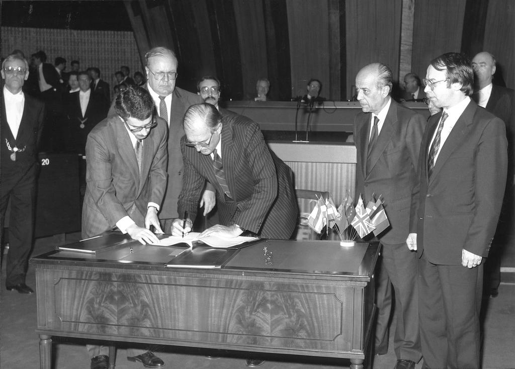 Lord Plumb signing the budget (Strasbourg, April 1989)