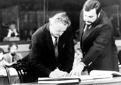 Roland Dumas signe l'Acte unique européen en février 1986