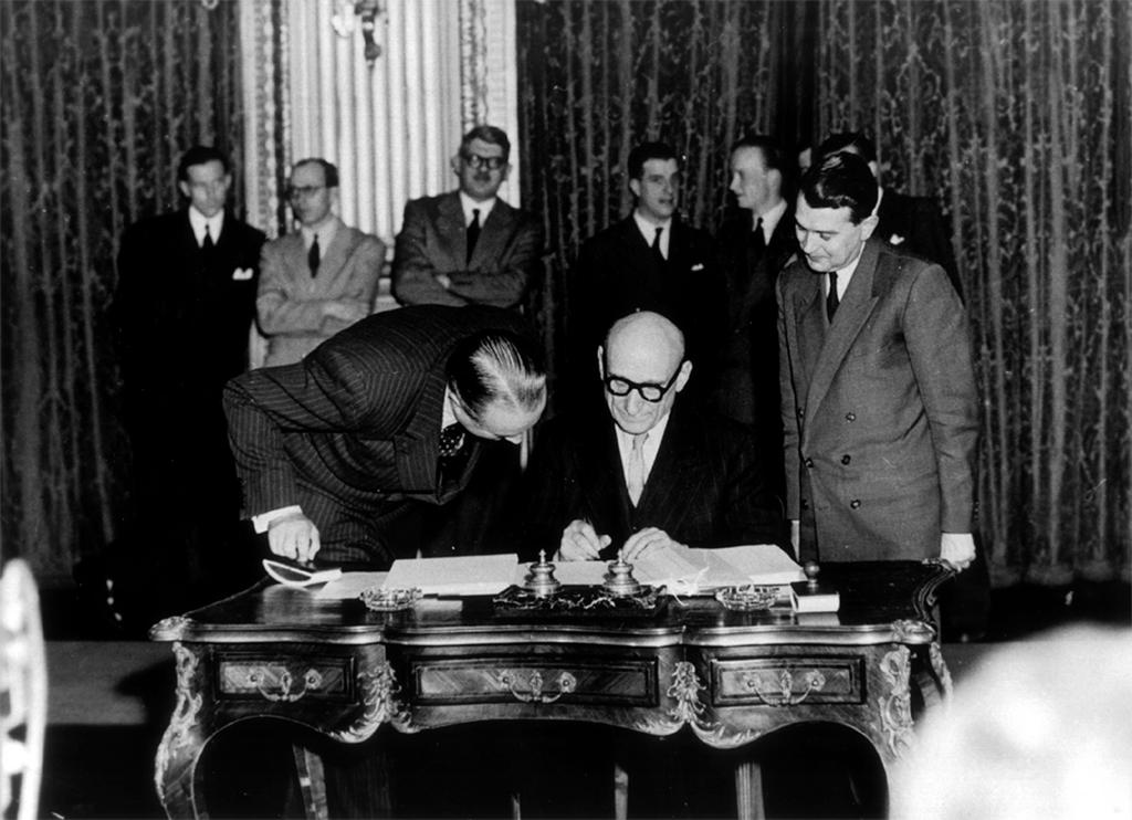 La signature du traité de Paris par Robert Schuman (Paris, 18 avril 1951)