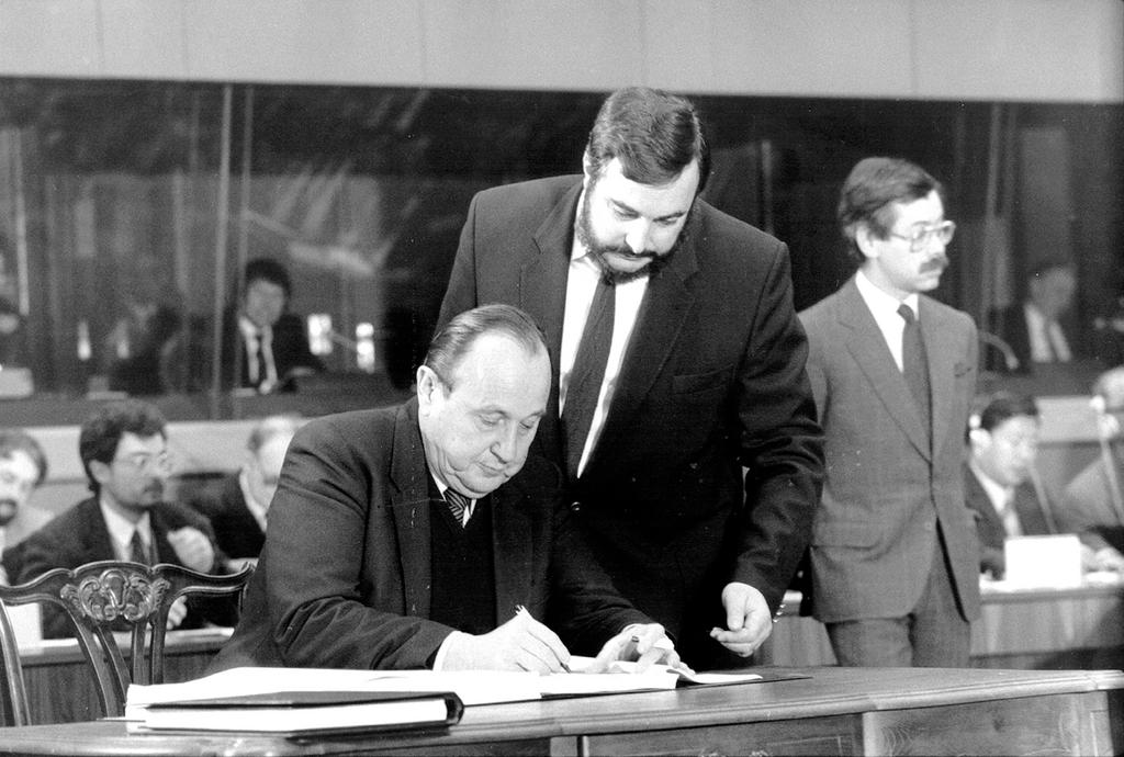 Hans-Dietrich Genscher signs the Single European Act (Luxembourg, 17 February 1986)