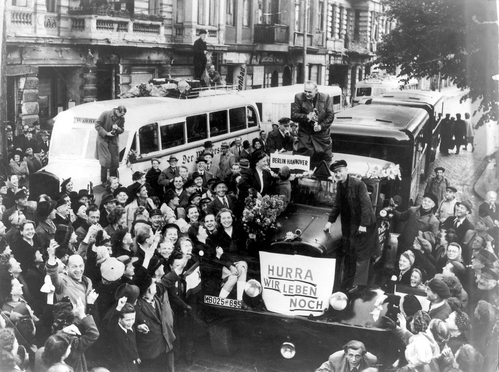 12 мая 1949 года жители Западного Берлина и англо-американские войска празднуют возвращение к нормальной жизни и успех воздушного операции, которая вынудила Советский Союз вновь открыть подъездные пути к западным секторам города.