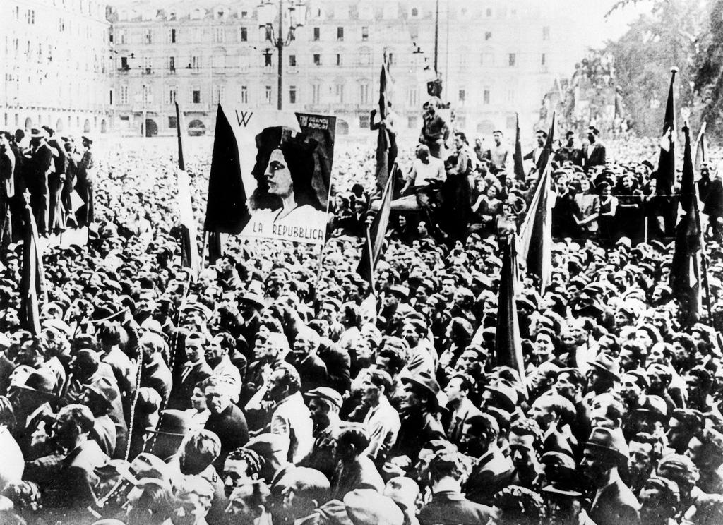 Demonstration in favour of the establishment of a republic in Italy (11 April 1946)