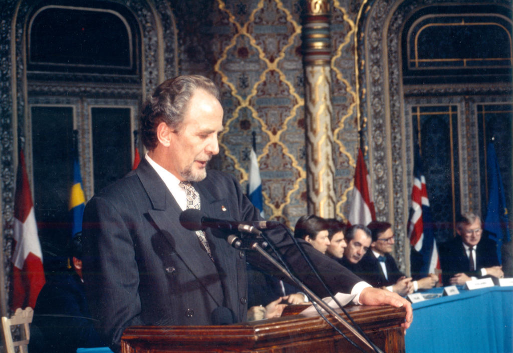 Jón Baldvin Hannibalsson during the signing of the EEA Agreement (Oporto, 2 May 1992)