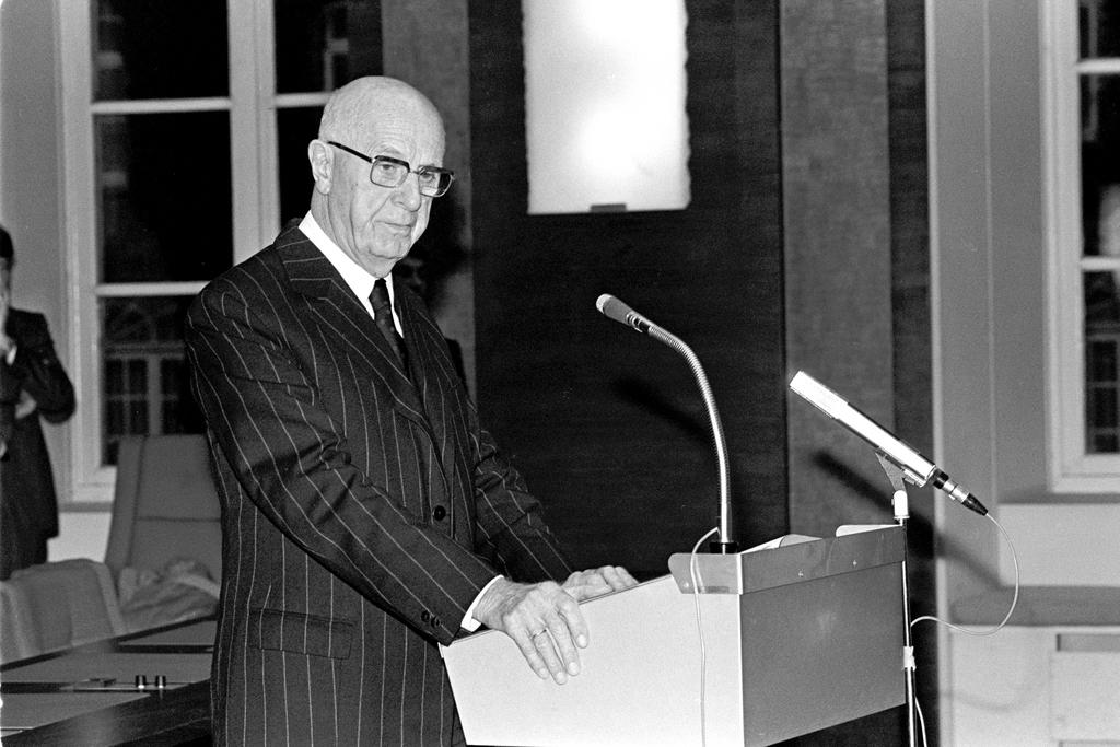 Pierre Harmel receives the Atlantic Award (Brussels, 25 November 1987)
