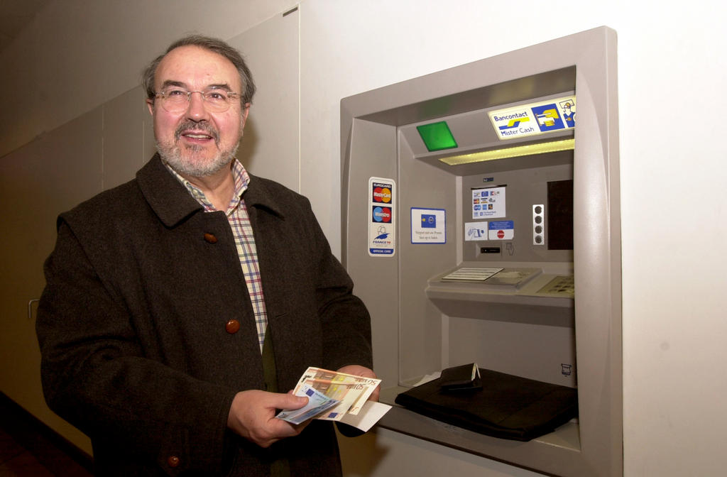 Pedro Solbes Mira makes cash withdrawal in euros (Brussels, 1 January 2002)