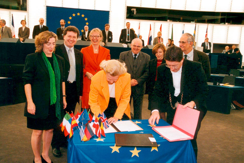 Nicole Fontaine signs the 2001 budget (Strasbourg, 14 December 2000)