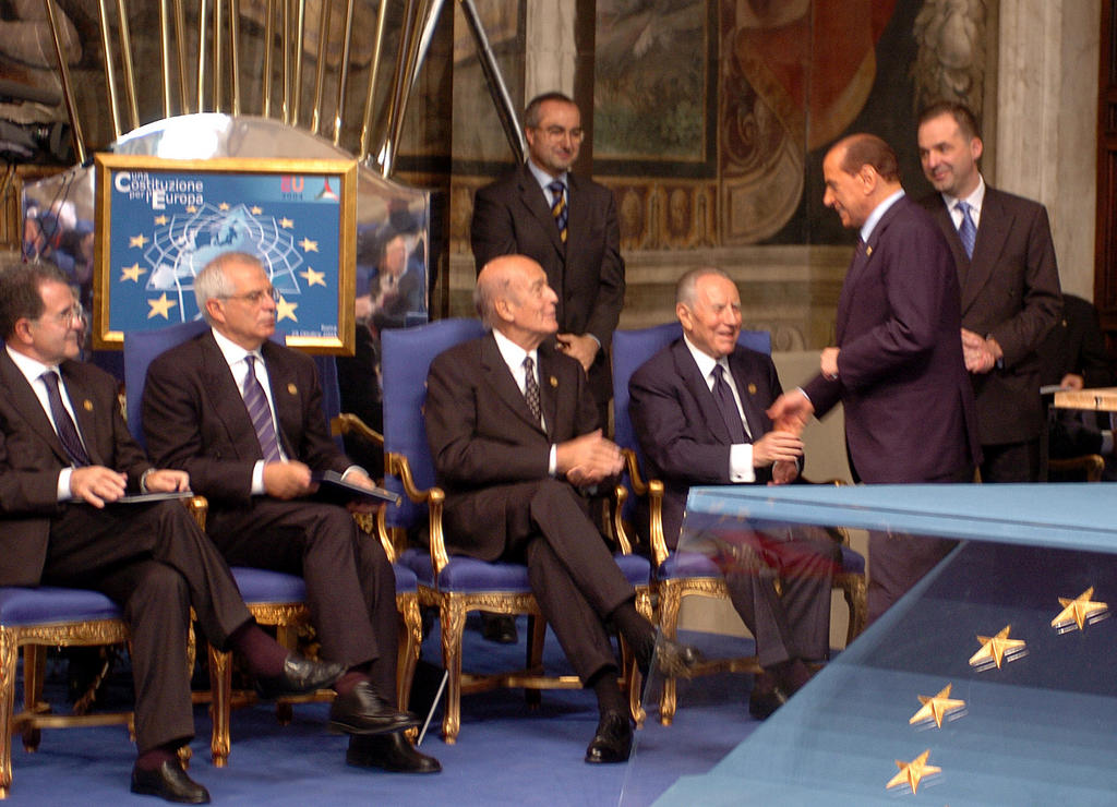 Prodi, Borrell, Giscard d'Estaing, Ciampi and Berlusconi during the signing of the Constitutional Treaty (Rome, 29 October 2004)