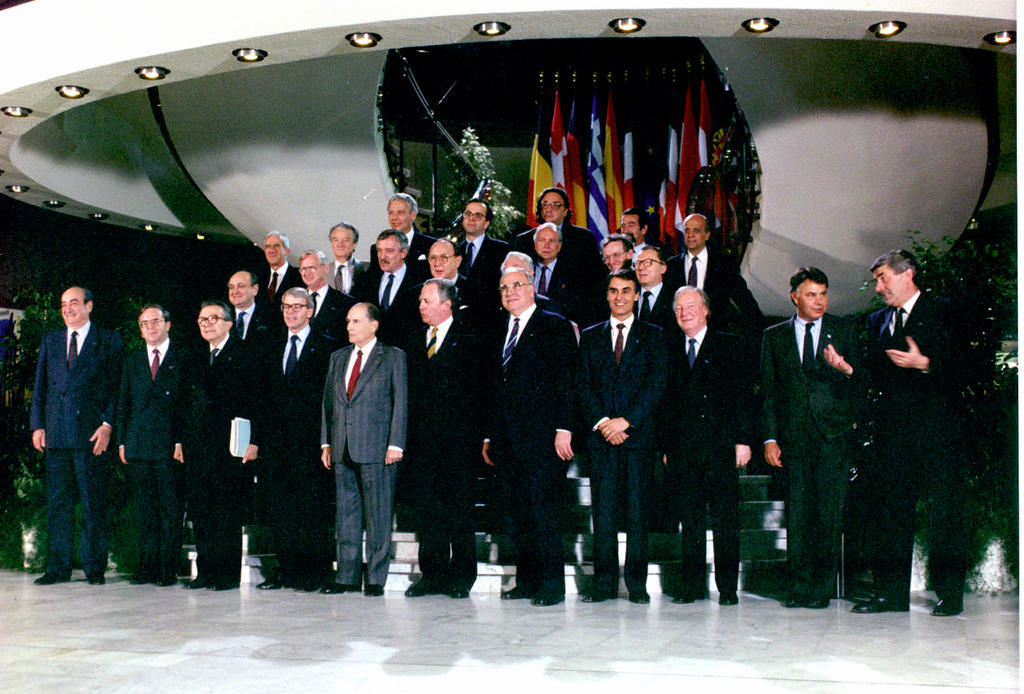 Group photo of the Informal Luxembourg European Council (Luxembourg, 8 April 1991)