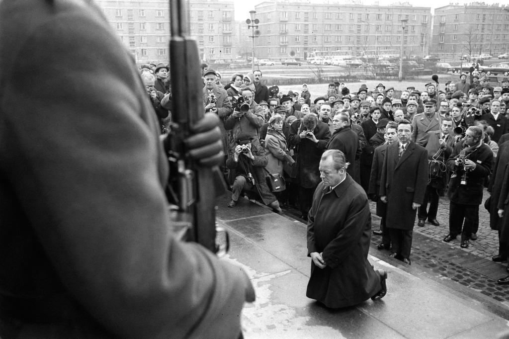 Willy Brandt kneels before the Warsaw Ghetto Memorial (Warsaw, 7 December 1970)