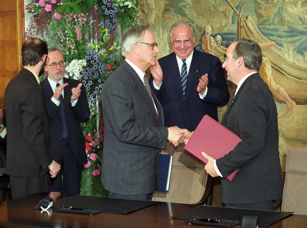 Signing of the Treaty establishing a Monetary, Economic and Social Union (Bonn, 18 May 1990)
