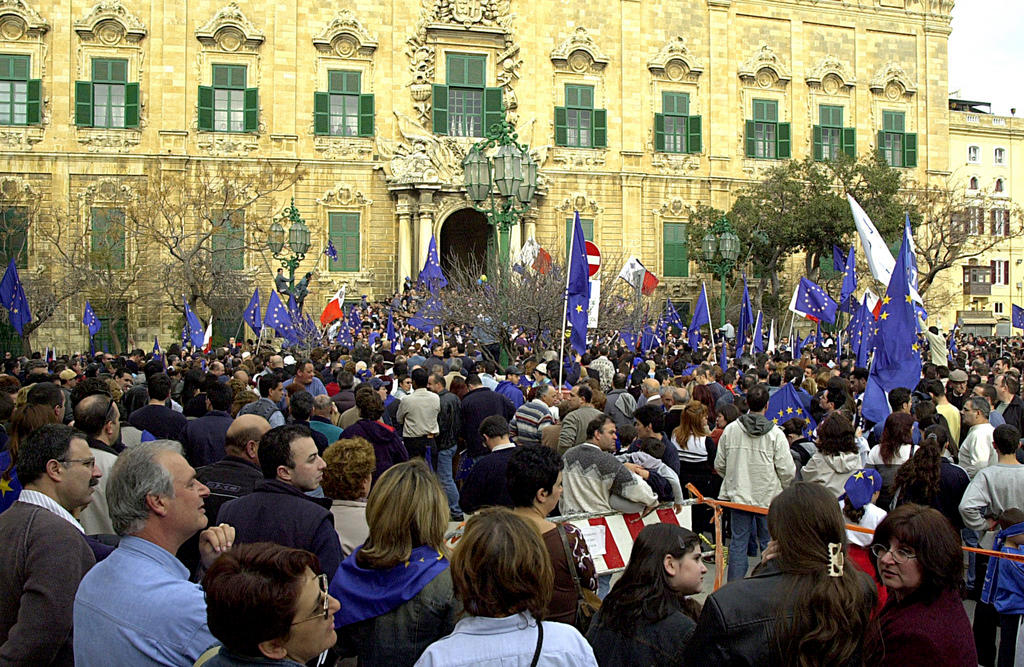 Crowds gather in front of the Maltese Prime Minister's residence (Valletta, 9 March 2003)