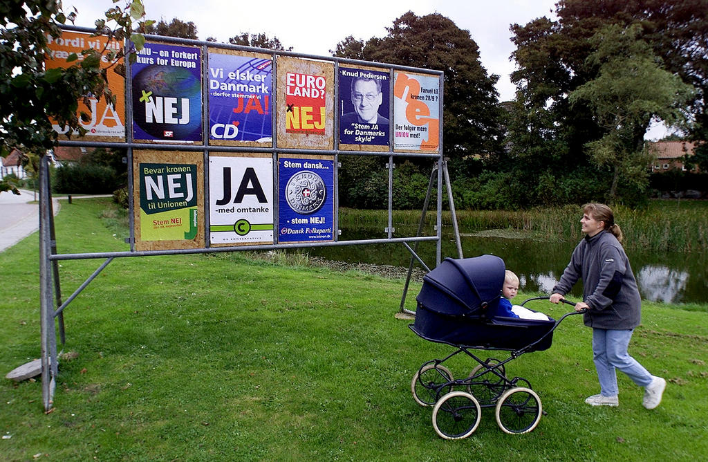 Campaign posters for the euro (Nøvling, 26 September 2000)