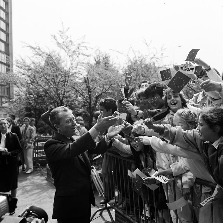 Raising of the European flag in front of the Berlaymont Building (Brussels, 29 May 1986)