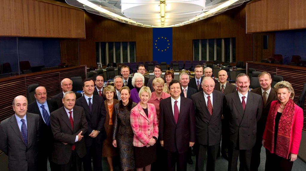 Group photograph of the Barroso Commission (Brussels, 2 February 2005)