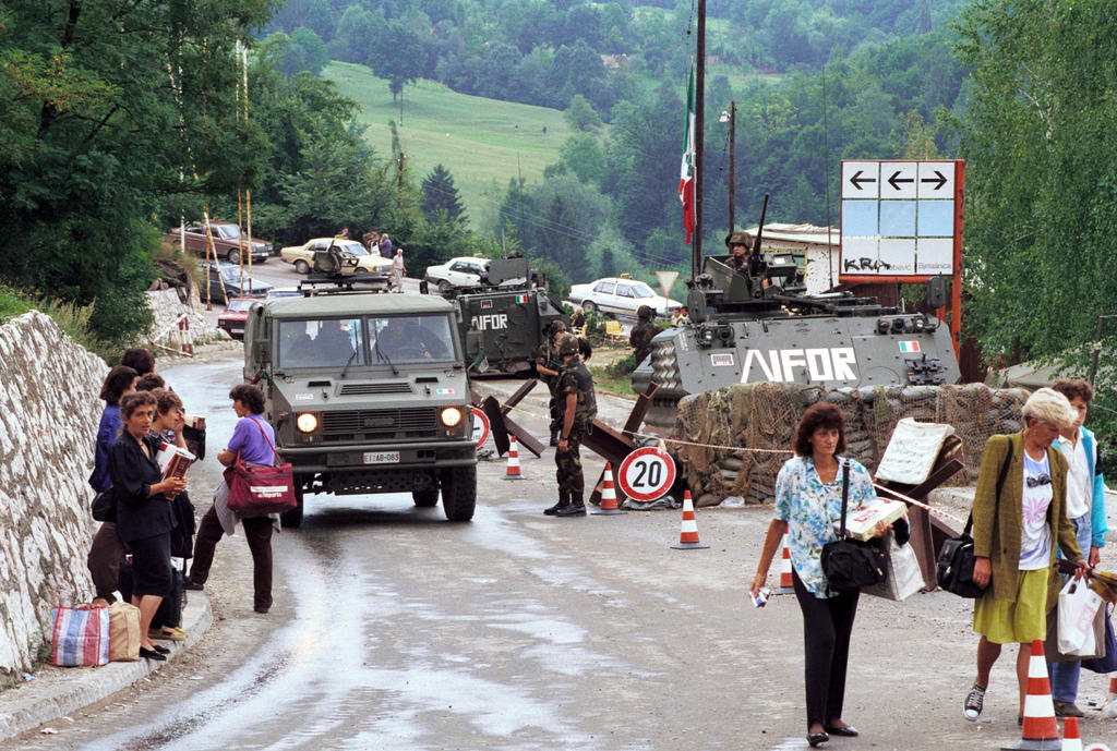 Italian troops at a checkpoint (Sarajevo, 12 August 1996)