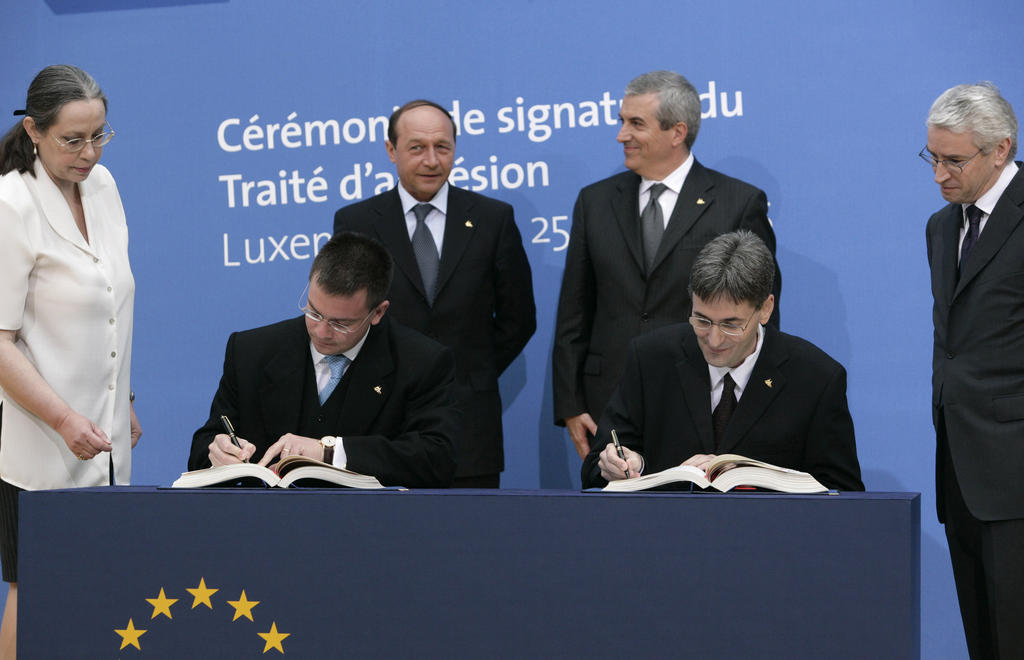 Romania signs the Treaty of Accession to the European Union (Luxembourg, 25 April 2005)