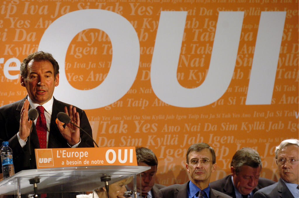 François Bayrou announcing his support for the 'Yes' vote during a campaign rally (Lyons, 14 April 2005)