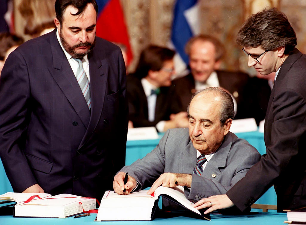 Konstantinos Mitsotakis signs the Agreement on the European Economic Area (Oporto, 2 May 1992)