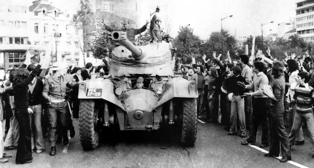 The people of Lisbon cheer the Portuguese army (Lisbon, 25 April 1974)