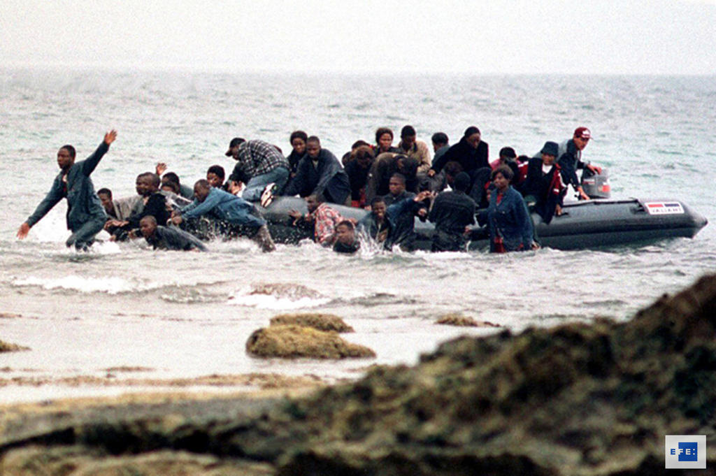 Small boat carrying African illegal immigrants (Algeciras, 13 August 2000)