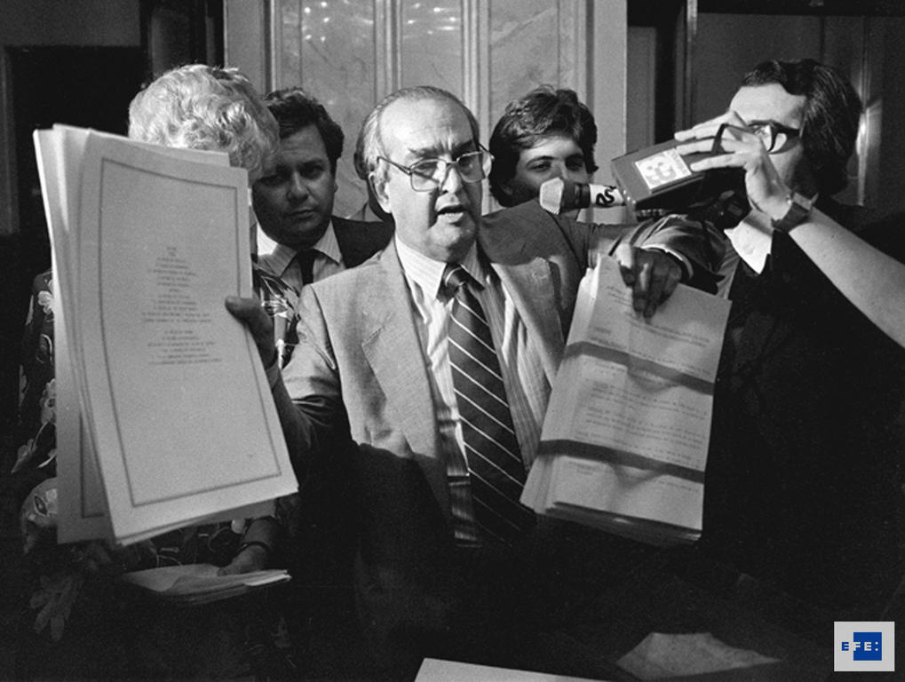 Fernando Morán shows the press Spain's Treaty of Accession to the European Communities (Madrid, 11 June 1985)