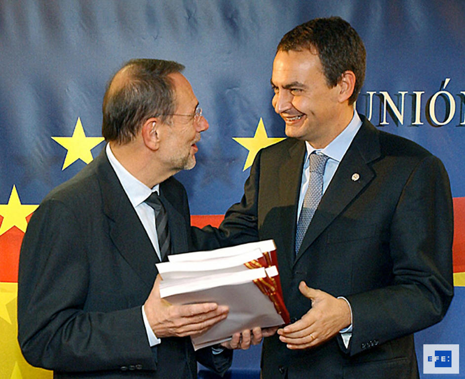José Luis R. Zapatero presents to Javier Solana the translations of the Constitutional Treaty into Basque, Catalan and Galician (Brussels, 4 November 2004)
