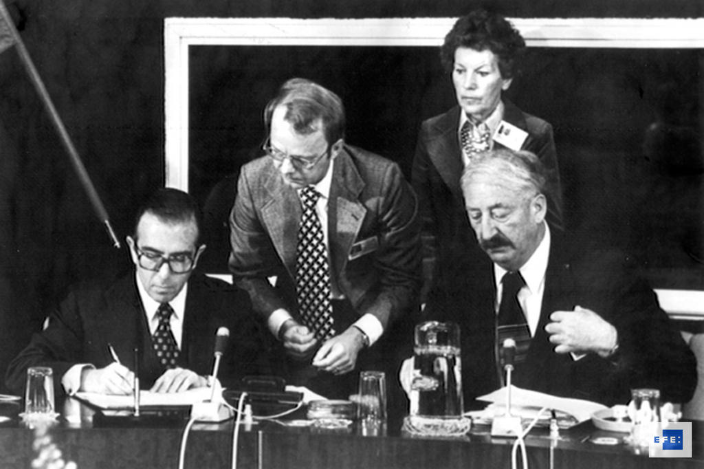 Marcelino Oreja and Georg Kahn-Ackermann at the signing of Spain's agreement on accession to the Council of Europe (Strasbourg, 24 November 1977)