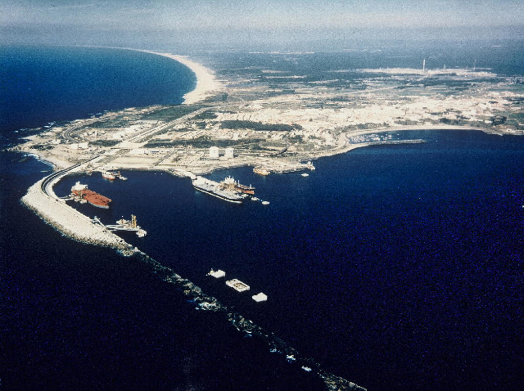 Example of aid granted by the European Regional Development Fund (ERDF): view of the Port of Sines before restoration (Portugal, 30 June 1989)