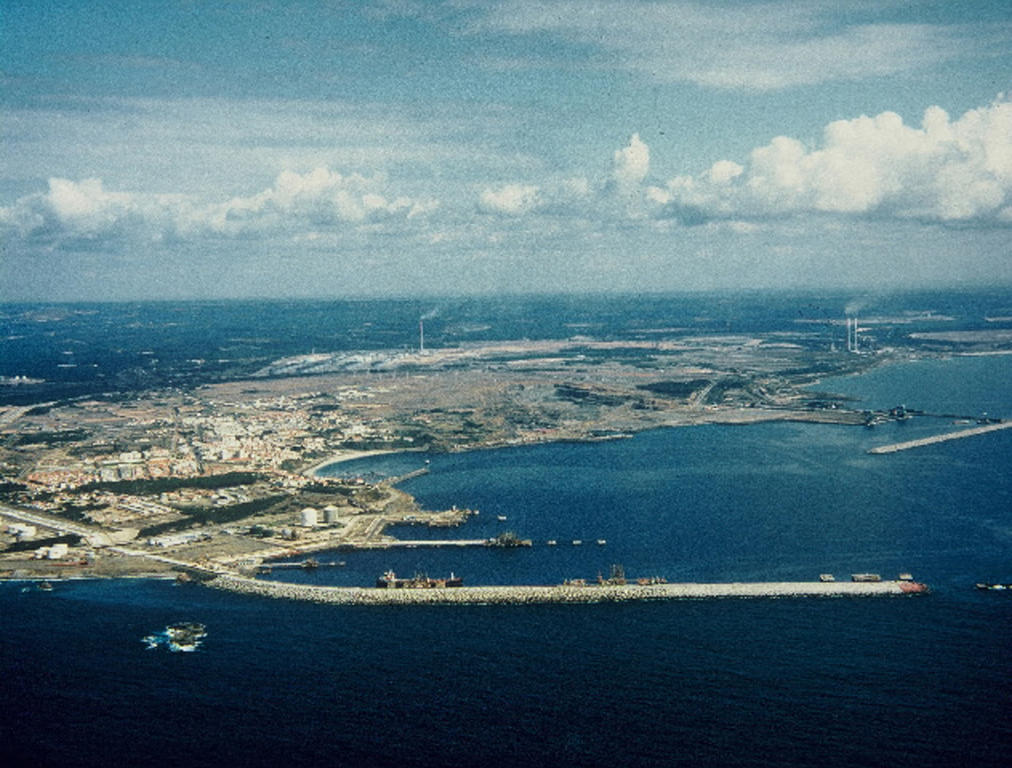 Example of aid granted by the European Regional Development Fund (ERDF): view of the Port of Sines after restoration (Portugal, 1993)
