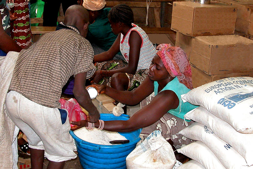 Distribution of food under the ECHO food aid programme (Guinea)