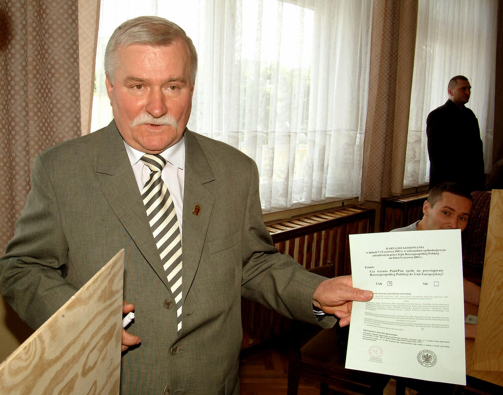 Lech Walesa at the referendum on Poland's accession to the European Union (Gdansk, 8 June 2003)