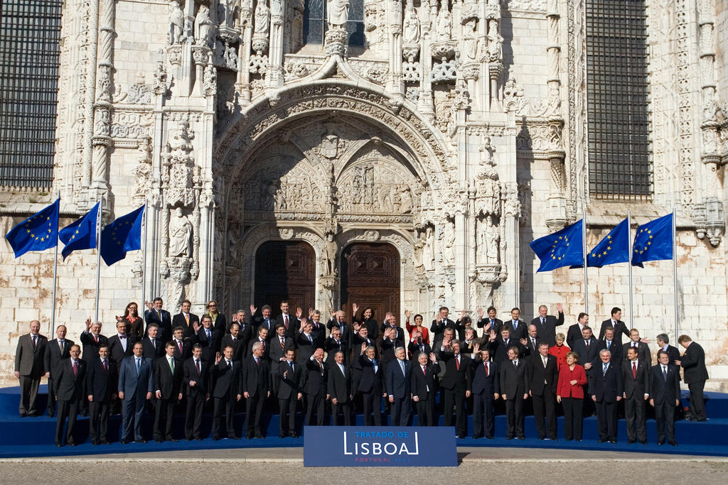 Group photo taken at the ceremony held to mark the signing of the Treaty of Lisbon (13 December 2007)
