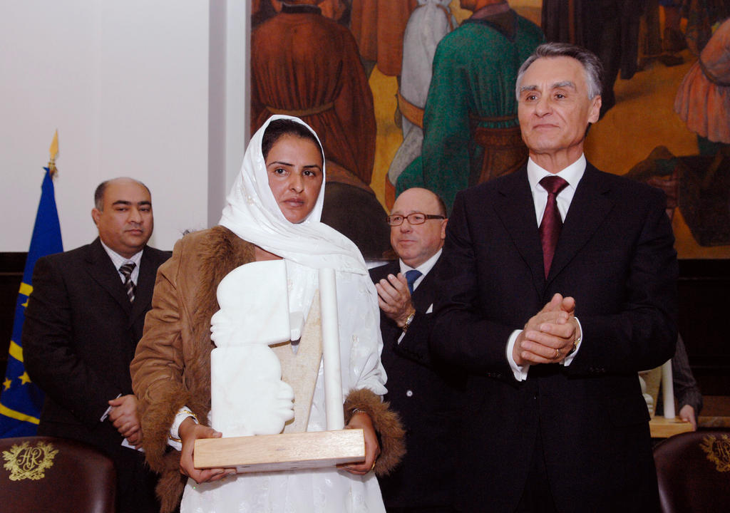 Aníbal Cavaco Silva awards the North-South Prize to Mukhtar Mai (Lisbon, 19 March 2007)