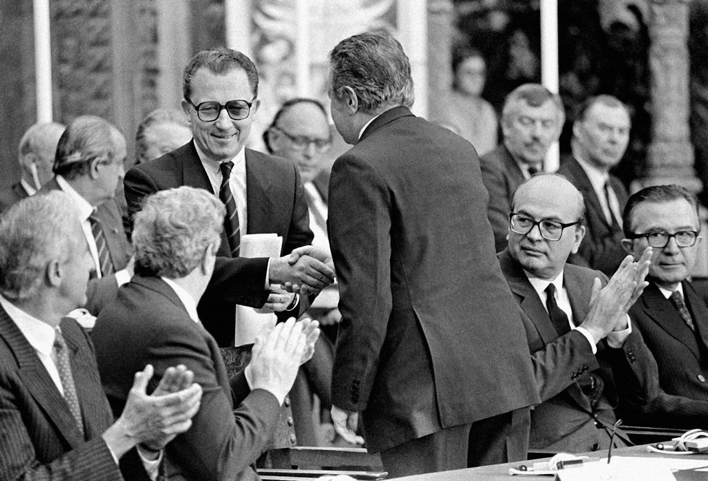 Mário Soares shakes hands with Jacques Delors during the official signing of Portugal's Treaty of Accession to the European Communities (Lisbon, 12 June 1985)