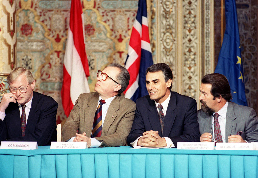 Jacques Delors and Aníbal Cavaco Silva at the ceremony held to mark the signing of the EEA Agreement (Oporto, 2 May 1992)