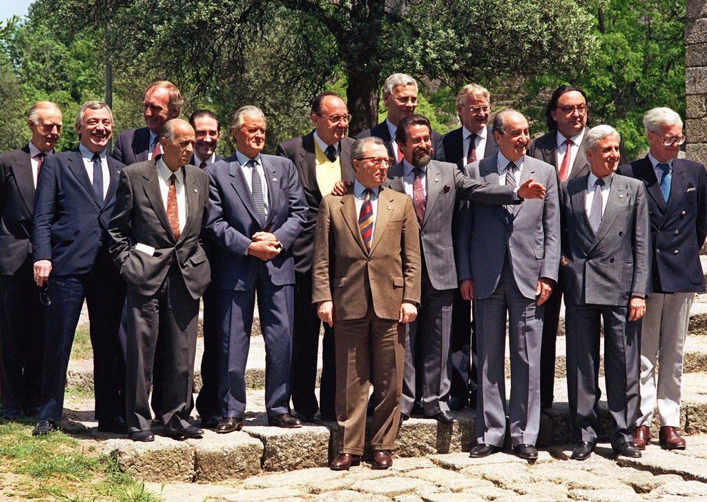 Group photo of the informal Council of Ministers for Foreign Affairs (Guimarães, 2 May 1992)