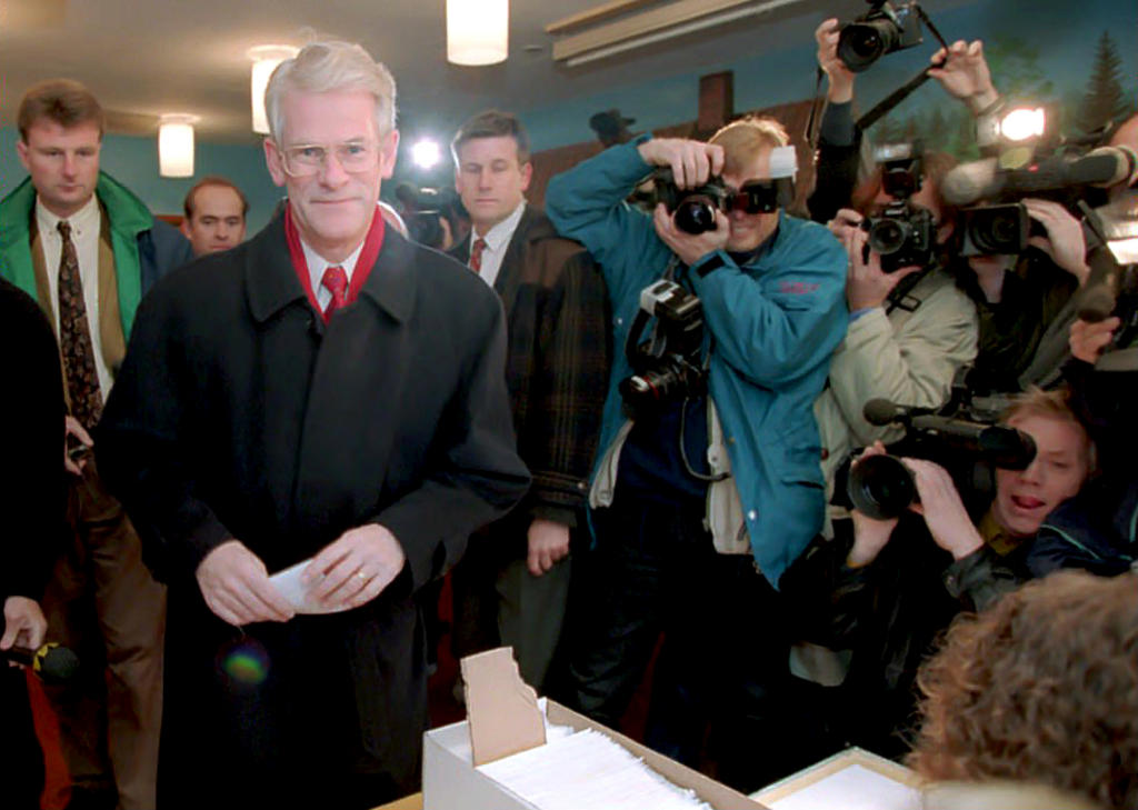 Ingvar Carlsson votes in the referendum on Sweden's accession to the European Union (Stockholm, 13 November 1994)
