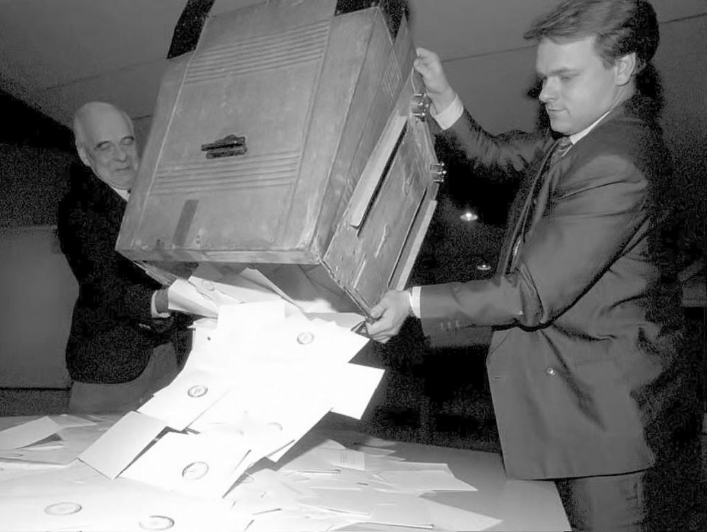 Counting of the ballot papers following the referendum on Finland's accession to the European Union