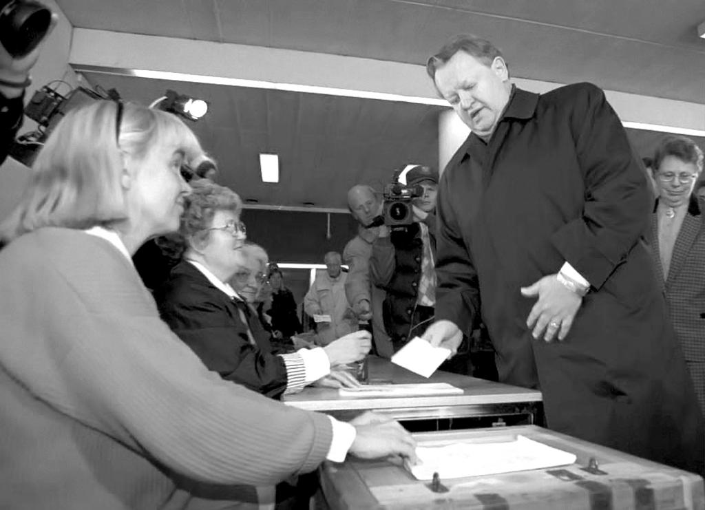 Martti Ahtisaari votes during the referendum on Finland's accession to the European Union (Helsinki, 16 October 1994)