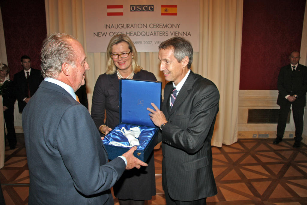 Juan Carlos receiving a gift at the inauguration ceremony for the new OSCE Secretariat (Vienna, 21 November 2007)