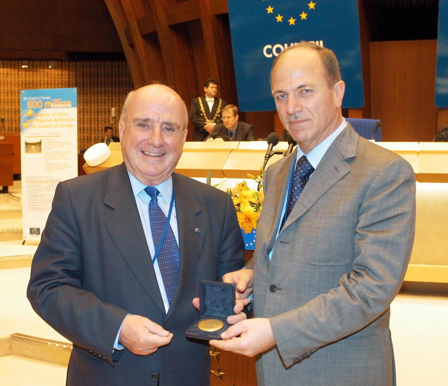 Presentation of the Pro Merito Medal to Llibert Cuatrecasas (Strasbourg, 26 May 2004)