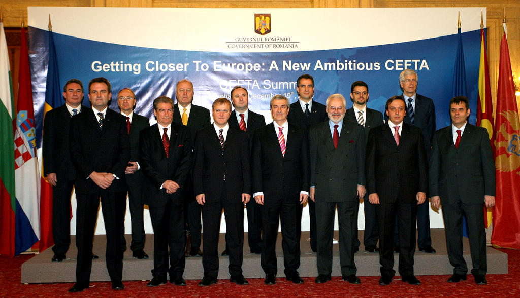 Group photo taken at the signing of the new CEFTA agreement (Bucharest, 19 December 2006)